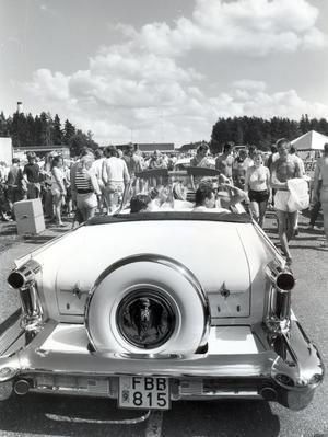 6 000 fordon och 20 000 människor besökte söndagens Power Meet på Johannisberg i Västerås. Många vackra bilskapelser deltog i skönhetsutställningen. Året var 1987.