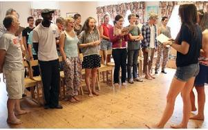 Gäster och lägerdeltagare lär sig nya sånger. Längst fram till vänster David Cluer och Jason Cyrus. Foto: Eva Högkvist