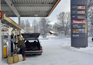 Dyra droppar, nu kostar dieseln över 15 kronor liter i nordligaste Dalarna där Valter Norén fyller dunkar med diesel till sin traktor.