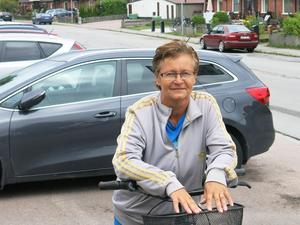 Helen Eriksson tycker att det är bra att p-platser tas bort på ena sidan av Karlfeldtsgatan.