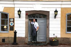 Andreas Wendelin bjuder traditionsenligt in till välgörenhetsmiddag , i år på Färna Herrgård.