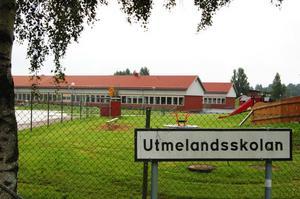 Lärare och elever på Utmelandsskolan känner stress och otrygghet, enligt skyddsombuden på skolan.