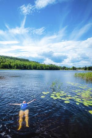 Avslappnande och svalkande dopp i Dövikssjön.