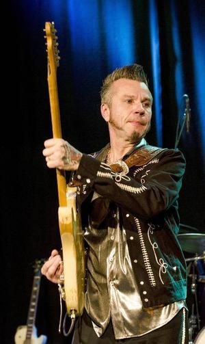 Janne Lindén spelade rockabilly för glatta livet och kunde , trots ett tilltagande sorl från bartörstiga, att få Storsjöteaterns foajé att svänga.