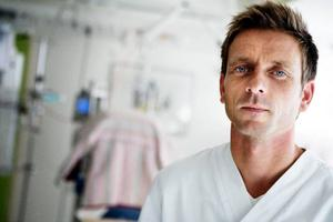 """Mattias Kjellberg är överläkare på barnkliniken i Östersund. Han anger ett flertal skäl till varför man blir allt bättre på att rädda extremt tidigt födda barn. """"Vårdtekniken i allmänhet går framåt, bland annat har vi blivit allt bättre på att optimera tidpunkten för förlossningen"""", säger han. Foto: Lars-Eje Lyrefelt"""