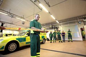 Ambulanspersonalen i Hudiksvall invigde ambulansstationen själv. Micke Ericsson, enhetschef klippte bandet i garaget
