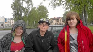 Fiskelycka. Erica Albertsson, Jesper Lindblad och Malin Dössing vann fritidsgårdens fisketävling. BILD: PRIVAT
