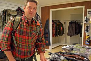 Fredrik Eriksen, visar upp en storsäljare, en hölsterryggsäck, som jägaren aldrig behöver ta av sig för att kunna skjuta.