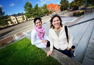 Än är det sommargrönt runt rådhuset, men Liselott From och Anna Erlandsson har länge haft vintern i tankarna. När deras julgran invigs på första advent kommer förhoppningsvis rådhusplanen att vara snötäckt. Foto: Håkan Luthman
