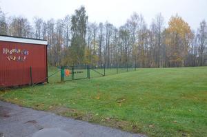 Nybygge. Här på gräsmattan intill Hagbyängens förskola ska den nya förskolan byggas.