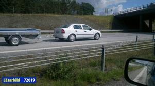 Dessutom hade den 80-årige mannen ett släp kopplat till bilen.