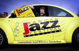 Åke Björänge med Bangenbil och Bangenaffisch 2001.