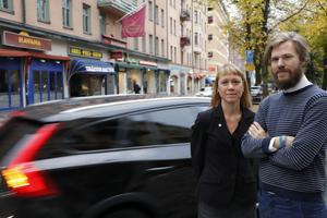 Sara Richert och Niclas Persson , Miljöpartiet, menar att det pågår en tyst kamp om utrymmet i centrum, där bilarna får ta för stor plats.