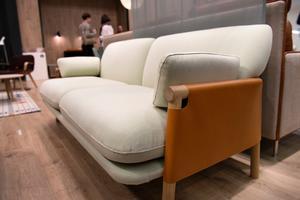 Trivs man inte med känslan av att sitta i en skinnsoffa så kanske Erik Jørgensens soffa Savannah formgiven av svenska Monica Förster kan passa? Här är lädret inte på dynorna utan på sidorna.