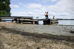 Karin Sjögren och Lena Hermansson tycker att tillståndet i Voxsjön är en olägenhet. – Så här vill vi inte ha det under sommaren.