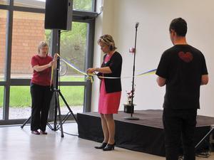 Äldre- och folkhälsominister Maria Larsson klippte bandet när landstingets nya Hjälpmedelshus invigdes på tisdagen.