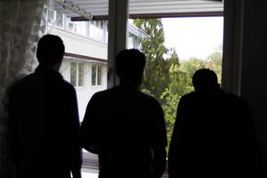 De tre männen jobbar alla svart för att kunna hjälpa sina familjer.
