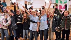 Isabella Stier och Elliot Solig med sin klass från Kunskapsskolan. Foto: Eva Kleppe/Sveriges Radio