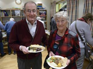 Max Svanfeldt och Karin Kjellberg fyllde tallrikarna med gott från många olika länder.