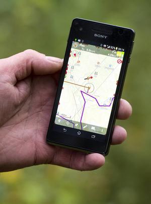 I mobilen kan jägaren följa hundens rörelser och skall på en tydlig kartbild.