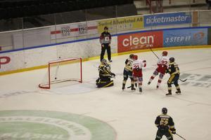 Hugo Enock gör 1-0 till Timrå efter tre minuters spel.