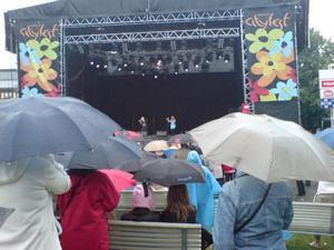 14.45 många trotsade regnet för att få se talangjakten Stardust Citystjärnan.