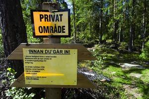 Hotfull skylt. En otrevlig skylt som man kan läsa längs en av skogsvägarna i faluområdet. Frågan är om man ska ta den på allvar? Vad säger lagen? Foto:Mikael Forslund
