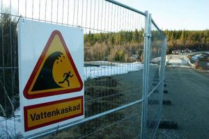 I år har stängt av området med staket då inte människor ska gå för nära vattenspruten. Bland annat finns risk att stenar följer med upp i luften.