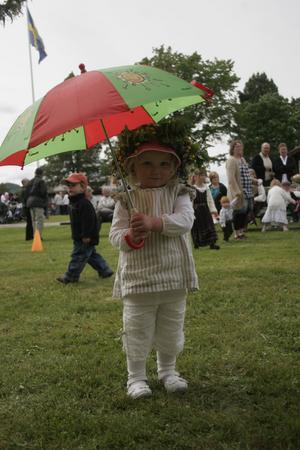 Nej, det regnade inte på midsommarfirandet, men Tyra Lindh var i alla fall på den säkra sidan...