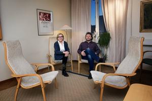 Vid parterapi placeras paret mitt emot varandra så att de kan se på varandra under samtalets gång. Eva Sahlin och Tony Jacobsson, Örnsköldsviks två terapeuter sätter sig vid sidan om.