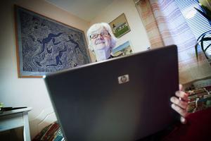 Med datorn i knäet kan hon läsa brev från barn och barnbarn när de är på resa. Och så är det där recepten, nu slipper Leicy Ström i Järvsö reta upp sig på alla hänvisningar från tv-program till internet.