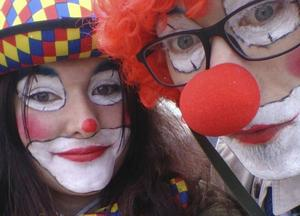 Vi har valt att som clowner vid demonstrationer symbolisera den fredliga icke-våldsaktivismen. Det är ett av alla sätt att demonstrera på, skriver Lina Emanuelsson och Elias Lodin (på bilden) och Sara Leifsdotter och Mathias Edbäck, We are Dalarna.