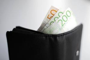 Vinstuttag innebär att resurser förs bort från välfärden. Dessutom ger vinstsyftet felaktiga drivkrafter och större delen av företagens vinster ska återinvesteras i verksamheten och inte hamna i ägarnas fickor, skriver Erik Lövgren.