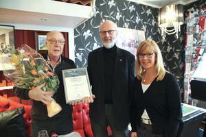 Björkmanska kulturpriset i Ludvika har nu utdelats till Elov Danielsson, Blötberget, av kultur- och fritidsnämndens ordförande Sten G Johansson (V) och kultursekreteraren Susanne Eriksson.