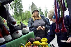 De vackra 3D-kort som Siv Kindgren tillverkar lockar Maivor Johansson, som köper några stycken med änglar.