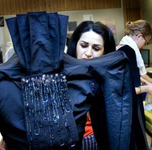 Skulpturalt. Afshan Eskandaripour jobbar med en jacka som hon har dekorerat med pärlor.Foto: Britt Mattsson