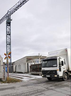 Vägen stryker alldeles förbi SCF Betongelements lastplatser. Att där dessutom finns en obevakad järnvägsövergång där gör inte risken mindre.