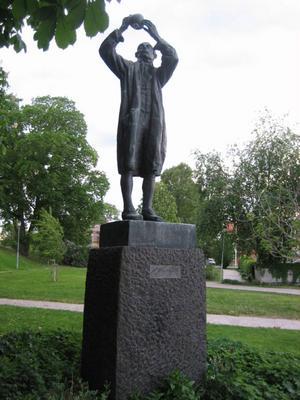 Carl Wilhelm Scheele är en av de stora i kemins historia. Han var verksam som apotekare i Köping, där han också står staty på Stora torget.