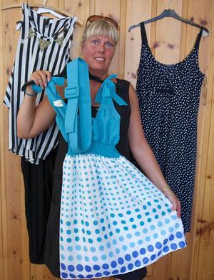 – Det är stor efterfråga på prickigt i år, säger Wenke Wagenius som jobbar en dag med andrahandsförsäljningen av kläder på GT-gården i Tännäs.