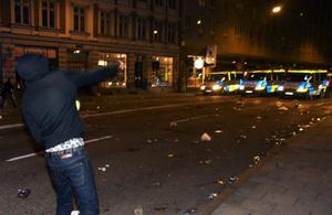 Vad får ungdomar att kasta sten mot poliser och ambulanser?