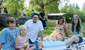Tilltuggen på en synthpicknick behöver inte kunna relateras till Kraftwerk tyckte Richard Nordin och Catharina Grafström som hade med sig barnen Cecilia, Christoffer och Ronja.
