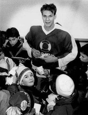 VLT 901214. Nicklas Lidström har blivit ett hett namn bland autografjägarna. Hans framfart i landslaget har gjort att han är ett eftersökt byte efter matcher eller träning.