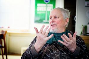Kommunfullmäktigeledamoten Lars Broman vill att Faluns gymnasielärare solidariskt går ner i arbetstid för att rädda de 50 tjänster som är på väg bort ur verksamheten.