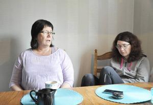 Ingela Sjöberg med dottern Therese som har flera funktionshinder. Henne hjälper Ingela med läkarbesök och att hålla ordning på ekonomin.