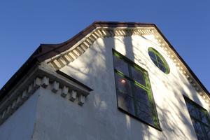 Utsmyckningen runt taket är inte bara dekorativt, det ingår i bärningen av takstolarna.