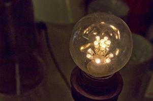 Utvecklingen går i LED-lampaornas riktning. Men deras ljus är kostsamt.
