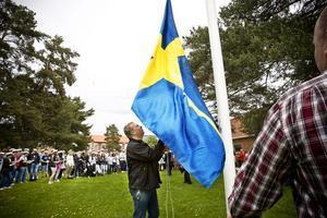 Tommy Pettersson låter svenska flaggan gå i topp.