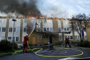 Brandkåren larmades strax före klockan 16 igår, och fortsatte släckningsarbetet under hela natten.
