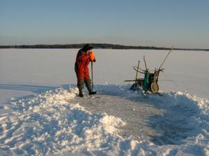 Fulleröfiskaren Urban tar upp ett antal hål och lägger ut nät under isen. Hur tror ni han får fram näten under isen från hål till hål?
