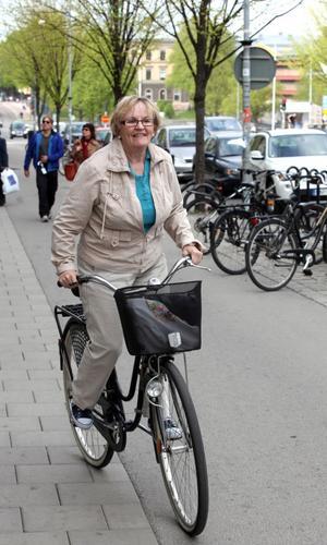 Inga Tronelius använder inte hjälm – än.– Men jag håller på att leta efter en, jag har lite dåligt samvete för det här. Jag cyklar mycket, men inte på vintern, så jag har precis kommit igång för säsongen, säger hon innan hon trampar vidare på Södra Kungsgatan.